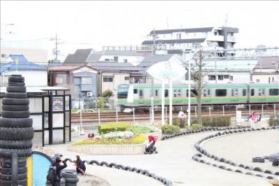 タイヤ公園の横を走る電車