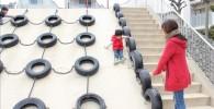 大山滑り台を滑る児童