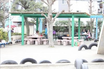 タイヤ公園の屋根付きベンチ