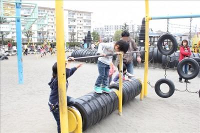 タイヤ乗り遊具と子供たち