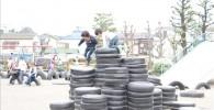 タイヤのお城で遊ぶ児童の様子