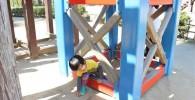つり橋の足下駄で遊ぶ児童