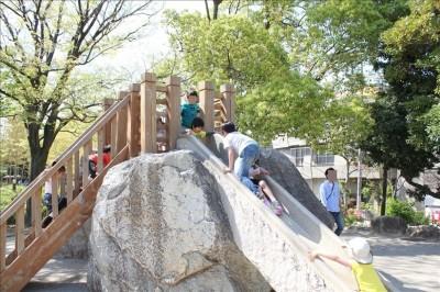 大きな岩のすべり台