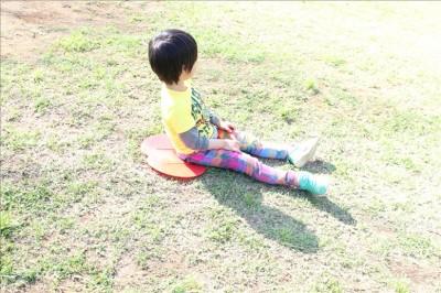 富士公園で芝ソリをする児童