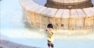 フラワーガーデンの水遊び場で遊ぶ4歳の息子