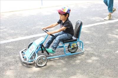 北鹿浜交通公園の足踏みカートに乗る児童
