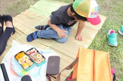 芝生広場でお弁当タイム