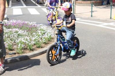 補助輪付き自転車に乗る4歳児