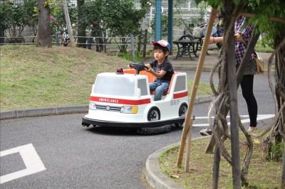 バッテリーカーを運転する4歳の子供