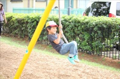 ターザンロープで遊ぶ4歳の男の子