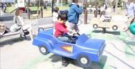 青い車のスプリング遊具