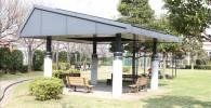 芝生広場横の屋根付きベンチ