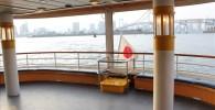 船の後方のデッキと東京湾の景色
