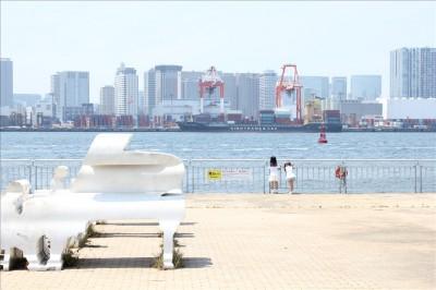 北コーストデッキにあるピアノのオブジェと海