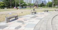噴水広場のまわりにあるベンチ