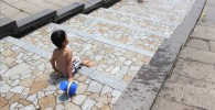 水遊びを楽しむ4歳児