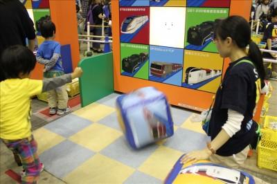 プラレールサイコロビンゴゲームに挑戦する4歳児
