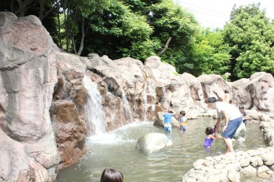綾南公園の滝と水遊びの池