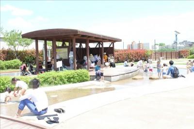 カッパーク鷺沼のじゃぶじゃぶ池と屋根付きの大きな休憩場所