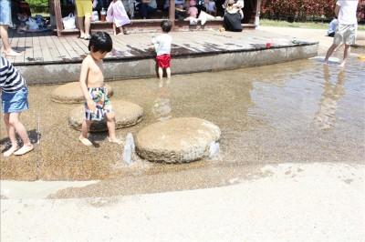 水着でじゃぶじゃぶ池で水遊びを楽しむ