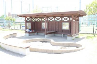 カッパーク鷺沼のお砂場と屋根付きの休憩ベンチ