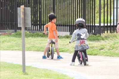 カッパーク鷺沼の広場でストライダーの練習をする男の子と女の子