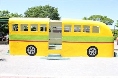 黄色いバスの遊具