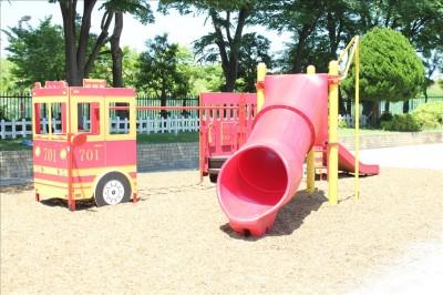 多目的広場の消防車の遊具