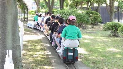 ミニ電車を楽しむ人々