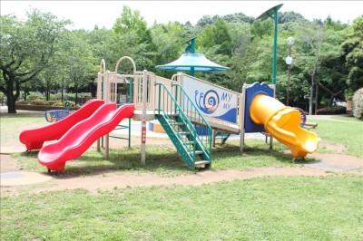 小さな幼児向けの複合遊具でトンネルすべり台付き