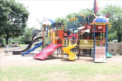 綾南公園の大きくてカラフルな複合遊具