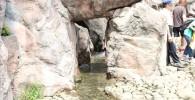 岩でできたトンネルと水の流れ