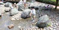 水遊び場ので遊ぶ4歳の幼児