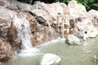 じゃぶじゃぶ池の滝