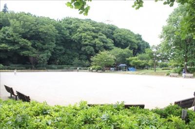 綾南公園の土のグラウンド