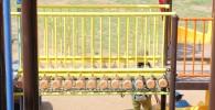 黄色い柵のグラグラ橋