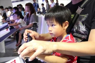 ナノライダーを真剣に操縦する4歳児