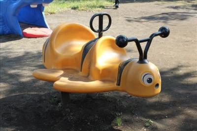 ハチの形をしたスプリング遊具