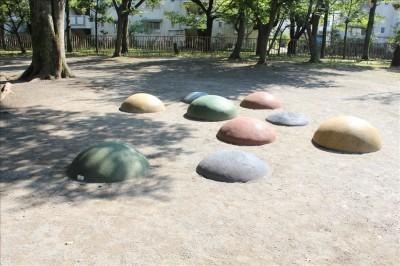多きな丸い石の遊具