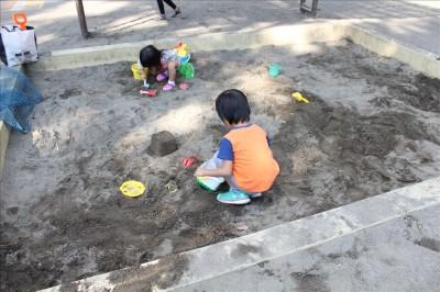 お砂場で遊ぶ4歳児