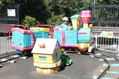 ミニ電車の乗り物で楽しむ4歳児
