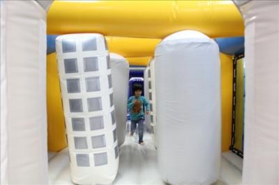 フワフワドームで遊ぶ4歳児