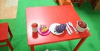 ママゴト用のテーブルとおもちゃ