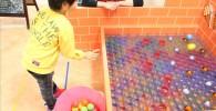 玉入れゲームに朝鮮する子供