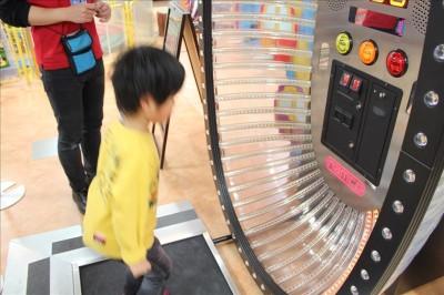 電子縄跳びゲームに挑戦する子供