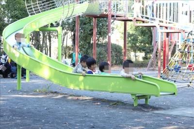ローラーすべり台で遊ぶ子供たち