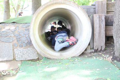 トンネルで遊ぶ子供たち