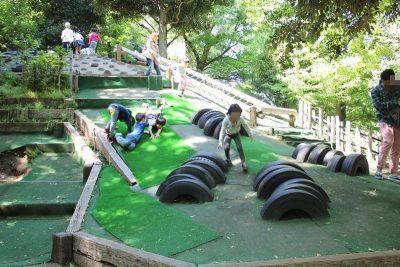 緑のマットの滑り台
