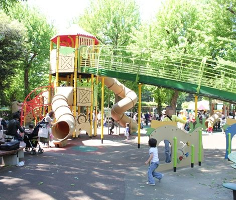 神宮外苑にこにこパークの遊具広場