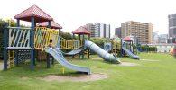 複合遊具がずらりと並ぶ遊具広場